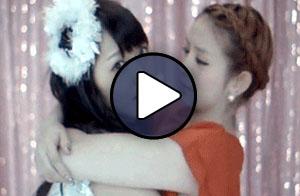Sugaya Risako arcon csókolja Suzuki Airit a Chou Happy Song MV-ben.