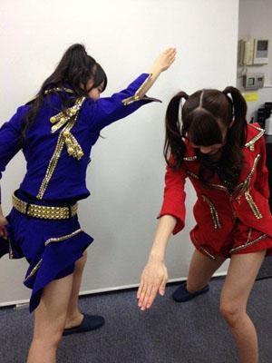 Sayashi Riho és Ishida Ayumi a Brainstorming koreográfiájának egy részletét gyakorolja.