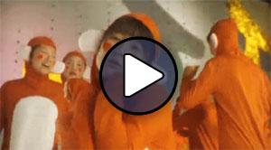 Tsugunaga Momoko (Berryz Koubou / Buono!) a Yuke Yuke monkey dance! klipjében.
