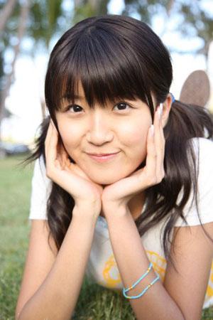 Fotó - Tokunaga Chinami (Berryz Koubou) a fűben könyököl.