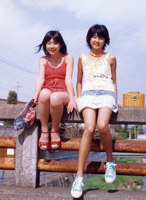 Tokunaga Chinami és Ishimura Maiha (Berryz Koubou) A Berryz Koubou Seasonz című photobookjában.