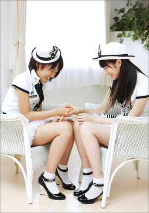 Ogawa Saki és Maeda Yuuka a Ganbaranakutemo Eenende!! MV fellépőruhájában.