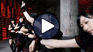 A Juice=Juice tagjai a Hadaka no hadaka no hadaka no KISS klipjében