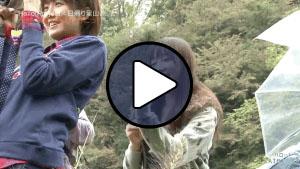 Fukumura Mizuki és Iikubo Haruna bogánccsal dobálja Tokunaga Chinamit a Hello! Satoyama Life egy részében