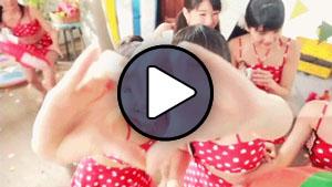 Wada Ayaka és Katsuta Rina (S/mileage) a Dot bikini! klipjében.