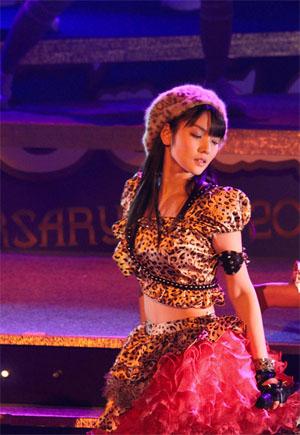 Michisige Sayumi a Help Me!! című MV fellépőruhájában, koncertfellépésen.