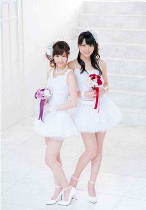 Nishino Nanase (Nogizaka46) és Yajima Maimi (C-ute) egy magazin esküvői témájú fotózásán.<br />